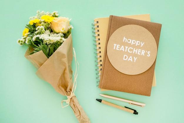 Bovenaanzicht notebooks en bloemen