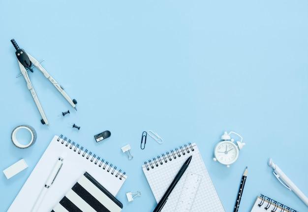Bovenaanzicht notebooks op blauwe achtergrond