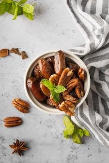 Bovenaanzicht noten en dadels in kom