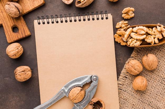 Bovenaanzicht noten met kladblok