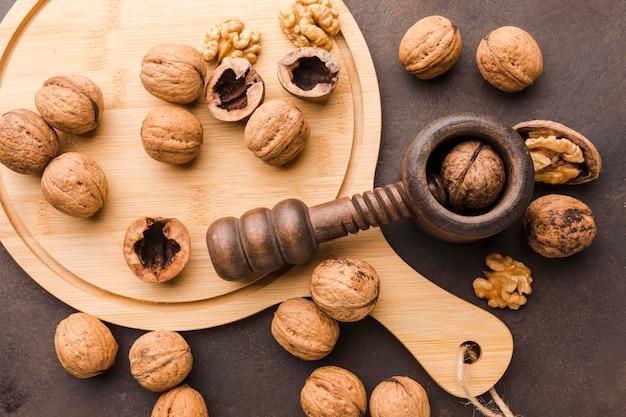 Bovenaanzicht noten op snijplank