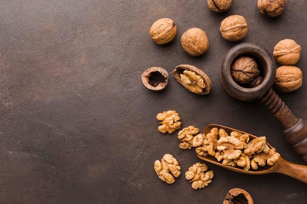 Bovenaanzicht noten op tafel
