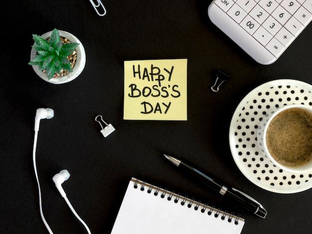 Bovenaanzicht notitie met gelukkige dag van de baas