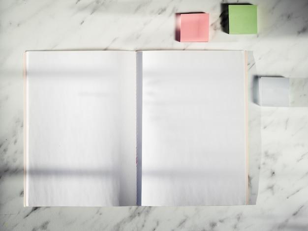 Bovenaanzicht notitie stickers en notebook