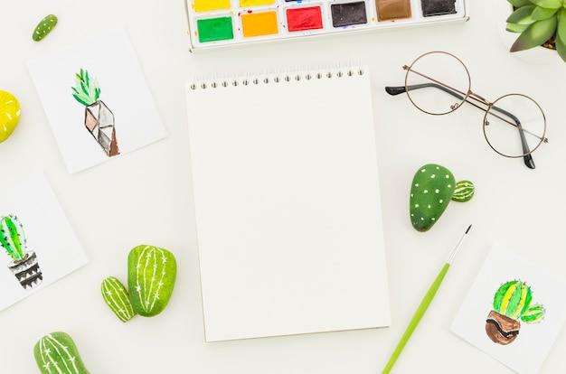 Bovenaanzicht notitieblok met cactus