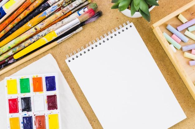Bovenaanzicht notitieblok met tekengereedschappen