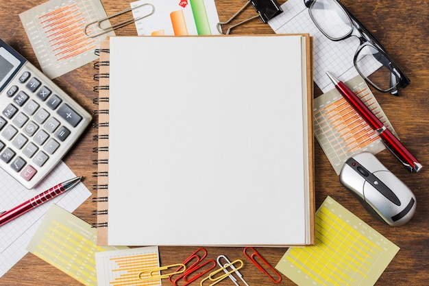 Bovenaanzicht notitieblok op kantoor materiaal