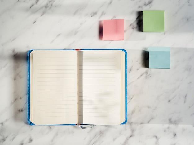 Bovenaanzicht notitieboek met notitie stickers