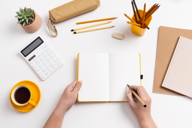 Bovenaanzicht notitieboekje met takenlijst op bureau
