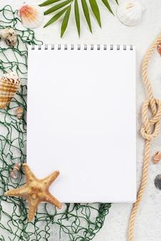 Bovenaanzicht notitieboekje met visnet