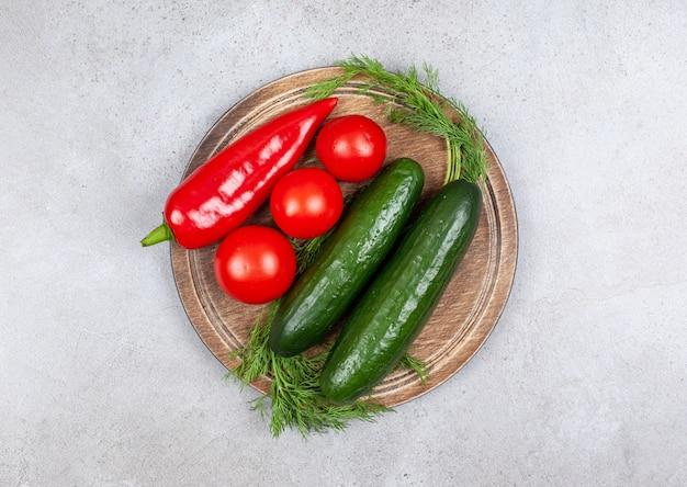 Bovenaanzicht o verse biologische tomaten, komkommer en paprika