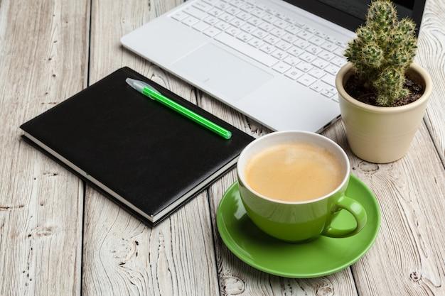 Bovenaanzicht office spullen met laptop en koffie