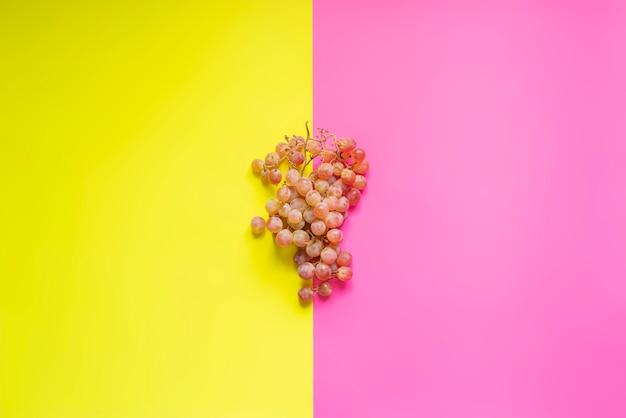 Bovenaanzicht oflat lag van tros druiven op dubbele kleur sirface
