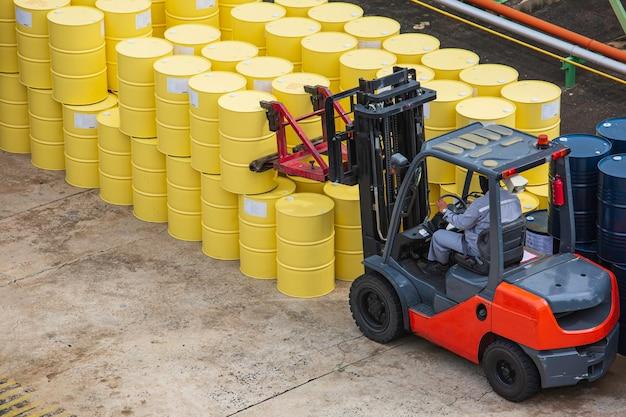 Bovenaanzicht olievaten vorkheftruck verplaatsen voor op de transportwagen.