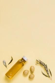 Bovenaanzicht olijfolie fles met kopie-ruimte