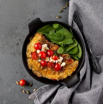 Bovenaanzicht omelet en kerstomaatjes