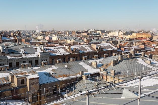 Bovenaanzicht onder op de daken van de grote stad