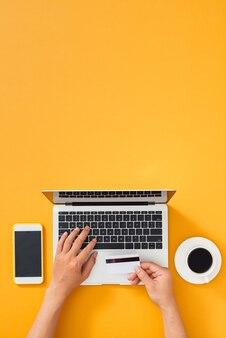 Bovenaanzicht online winkelen met creditcard op kleurentabel.