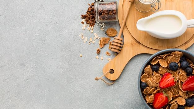 Bovenaanzicht ontbijt met granen