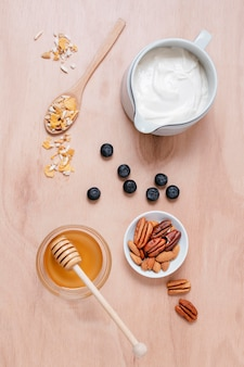 Bovenaanzicht ontbijt met honing en yoghurt