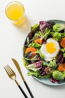 Bovenaanzicht ontbijt met sla en ei