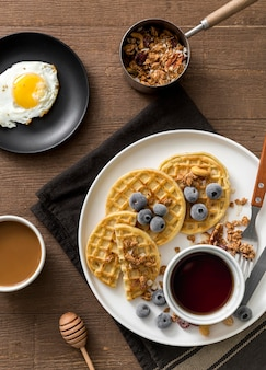 Bovenaanzicht ontbijt met wafels en ei