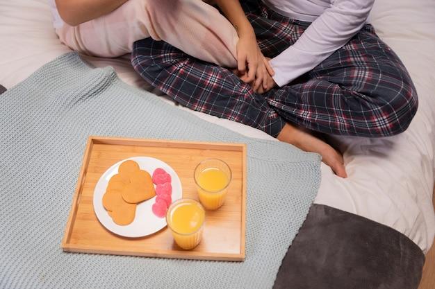Bovenaanzicht ontbijt op bed