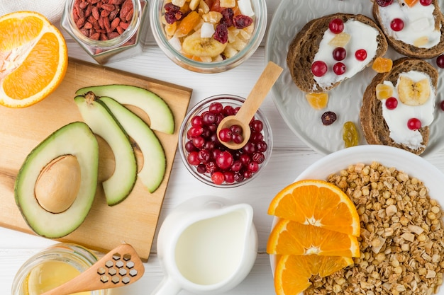 Bovenaanzicht ontbijtarrangement met yoghurt en fruit