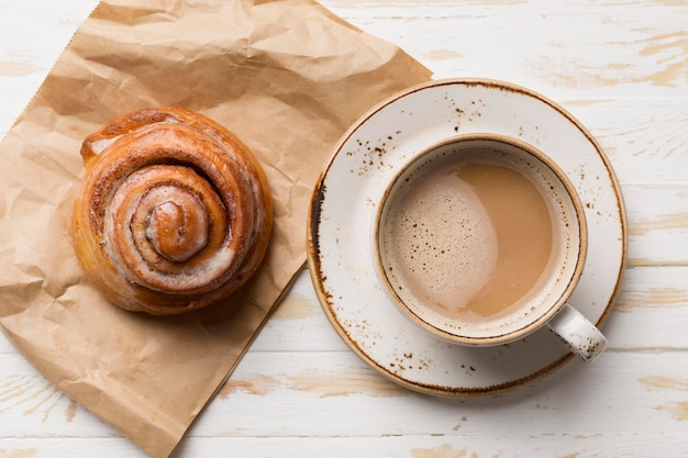 Bovenaanzicht ontbijtassortiment met koffie en gebak