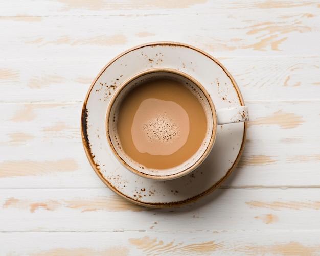 Bovenaanzicht ontbijtassortiment met koffie