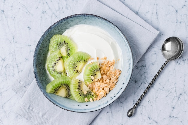 Bovenaanzicht ontbijtkom met kiwi en haver