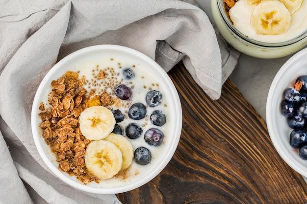 Bovenaanzicht ontbijtkom met muesli en fruit