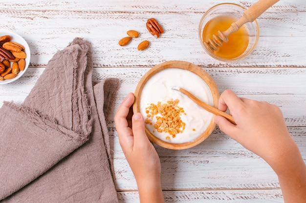 Bovenaanzicht ontbijtkom met yoghurt en haver