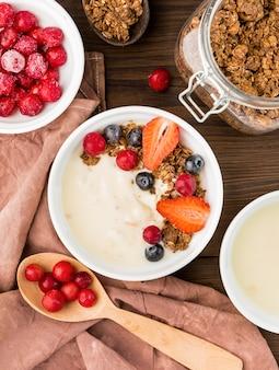 Bovenaanzicht ontbijtkommen met biologisch fruit