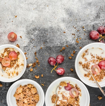 Bovenaanzicht ontbijtkommen met druiven op tafel