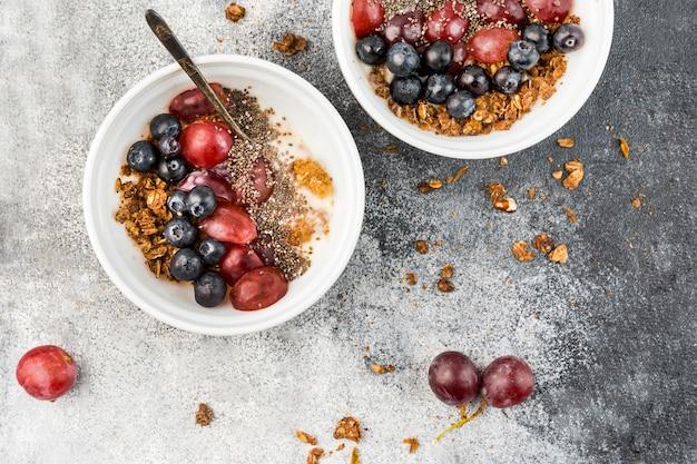 Bovenaanzicht ontbijtkommen met fruit