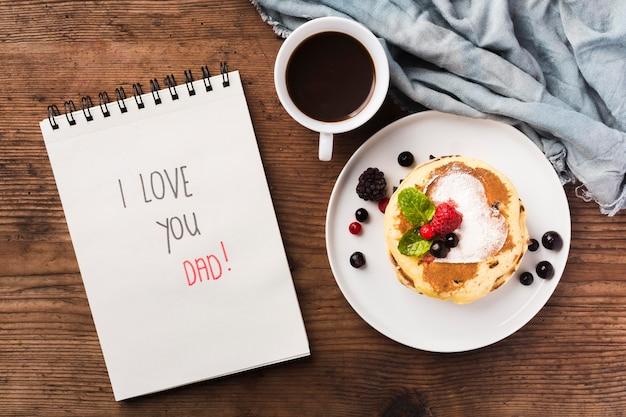 Bovenaanzicht ontbijtverrassing op bureau