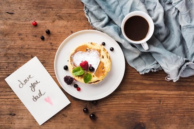 Bovenaanzicht ontbijtverrassing op tafel
