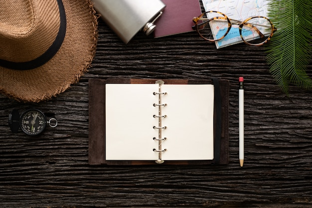 Bovenaanzicht ontdekkingsreiziger open boek plan reizen met accessoire-item