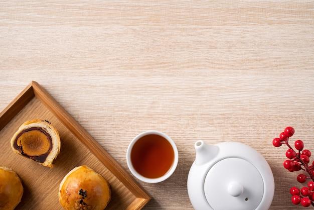 Bovenaanzicht ontwerpconcept van maan cake dooier gebak, mooncake voor mid-autumn festival vakantie op houten tafel achtergrond