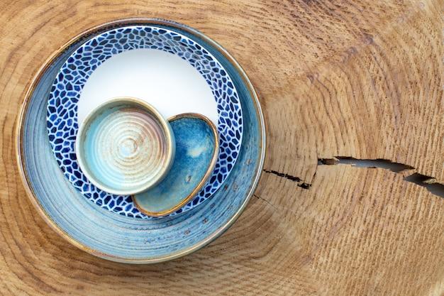 Bovenaanzicht ontworpen bord met dienblad en bordje op houten achtergrond keukenglas kleurenfoto