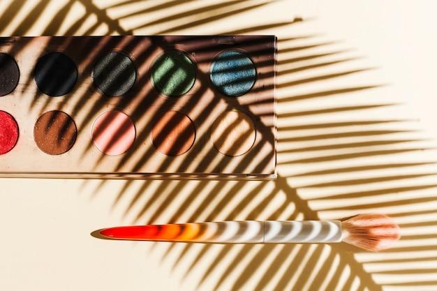 Bovenaanzicht oogschaduw met palmtak schaduw