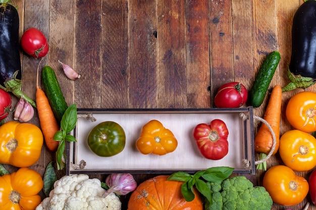 Bovenaanzicht oogst van verse boerengroenten in kleine doos