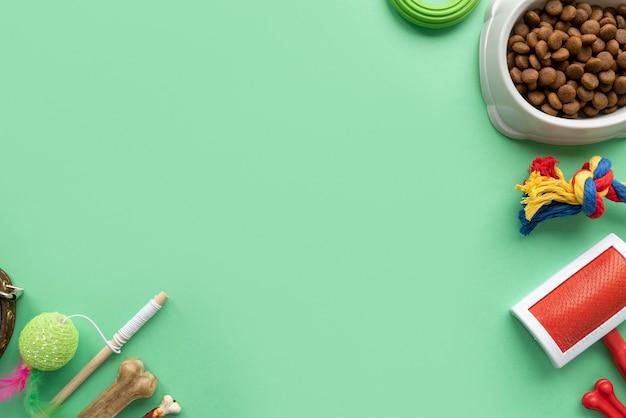 Bovenaanzicht op accessoires voor huisdieren en voedsel