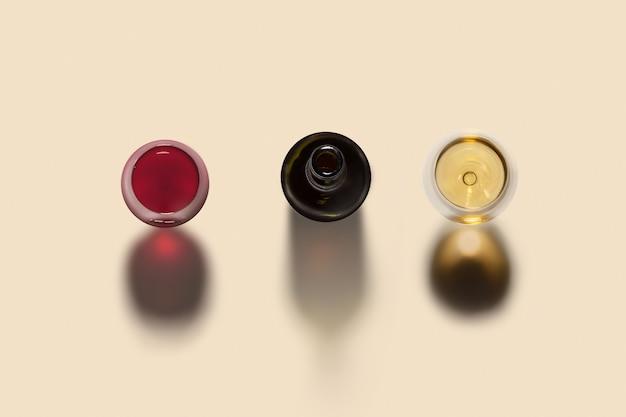 Bovenaanzicht op alcoholdrank set met twee glazen rode en witte wijn en geopende fles met donkere schaduwen op een licht beige achtergrond, kopieer ruimte.