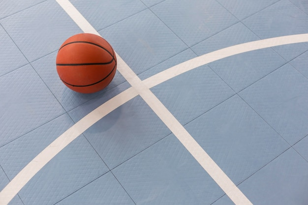 Bovenaanzicht op basketbal in gymles