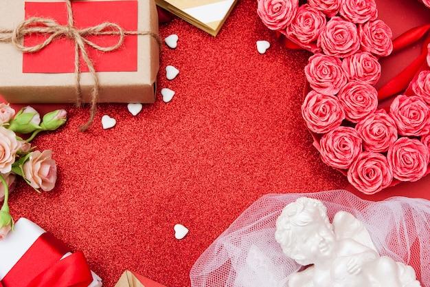 Bovenaanzicht op bloemen en geschenken. . valentijnsdag rode glitter achtergrond