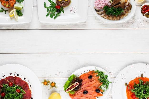 Bovenaanzicht op buffet met verschillende soorten voedsel