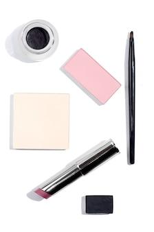 Bovenaanzicht op cosmetica. lippenstift, blozen, oogschaduw op witte achtergrond
