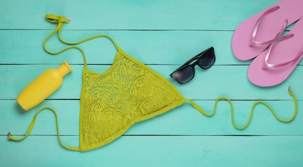 Bovenaanzicht op dameszwemkleding en strandaccessoires